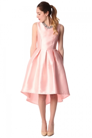 Vestido a media pierna de raso con bajo asimétrico rosa
