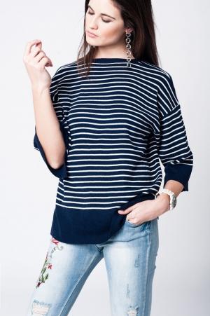 Jersey azul marino con rayas al contraste y bajo asimetrico