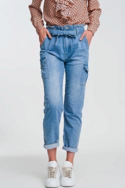 Jeans azzurri con vita raccolta e cintura
